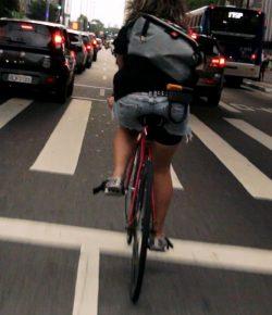 Sorpassare una bicicletta: distanze e regole da osservare